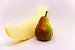 Fruto amarelo vermelho da pera com o melão amarelo isolado no fundo branco Fruto fresco Imagem de Stock Royalty Free