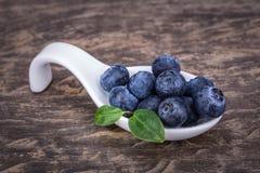 Fruto antioxidante dietético do mirtilo Em uma colher cerâmica imagens de stock royalty free