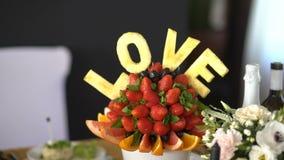 Fruto belamente decorado e cortado filme