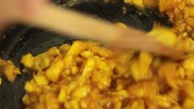 Fruto Caramelizing da manga para a receita do bolo do crepe filme