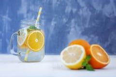 Fruto cocktail A laranja, o limão e a hortelã estão na tabela detox Imagem de Stock Royalty Free