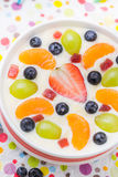 Fruto colorido leitoso delicioso do pudim de baunilha fotos de stock royalty free
