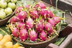 Fruto cor-de-rosa do dragão do pitahaya na cesta Imagens de Stock