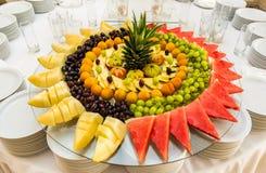 Fruto cortado na tabela de bufete Alimento saudável e fruto saboroso Imagem de Stock