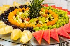 Fruto cortado na tabela de bufete Alimento saudável e fruto saboroso Imagem de Stock Royalty Free