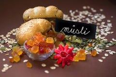 Fruto cristalizado misturado, aveia-refeição e inscrição escrita à mão fotos de stock royalty free