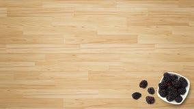 Fruto da amoreira preta no fundo de madeira fotografia de stock royalty free