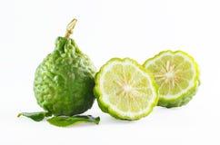 Fruto da bergamota da casca ou cal áspero verde do kaffir isolado no branco fotos de stock royalty free
