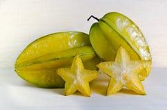 Fruto da maçã de estrela com o parcialmente de seção transversal no varrão de madeira Imagens de Stock