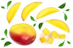 Fruto da manga decorado com as folhas isoladas no close-up branco do fundo Vista superior Configuração lisa Fotos de Stock