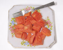 Fruto da papaia no prato no fundo branco fotos de stock royalty free