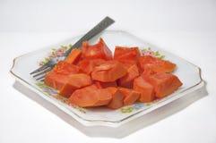 Fruto da papaia no prato no fundo branco fotografia de stock royalty free