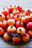 Fruto da romã da bandeja para a venda em um mercado dos fazendeiros Fotografia de Stock