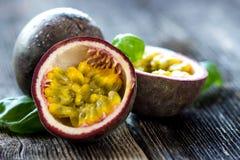 Fruto de paixão delicioso no fundo de madeira Imagens de Stock
