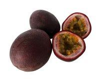 Fruto de paixão dois inteiro e um fruto de paixão do corte no fundo branco fotos de stock
