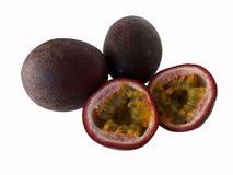Fruto de paixão dois inteiro e um fruto de paixão do corte no fundo branco imagem de stock