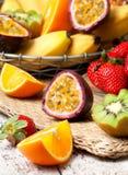 Fruto de paixão e frutos tropicais cortados imagem de stock