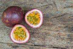 Fruto de paixão maduro isolado na tabela de madeira velha fotografia de stock