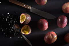 Fruto de paixão na placa de corte - frutos frescos tropicais em Tailândia Fotografia de Stock