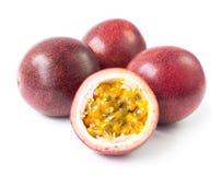 Fruto de paixão vermelho no fundo branco, fruto para o conceito saudável imagem de stock royalty free