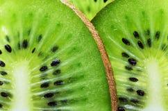 Fruto de quivi cortado em um quadro completo horizontal Imagens de Stock