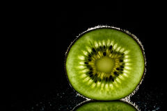Fruto de quivi cortado saudável no fim preto do backgroud acima Imagens de Stock