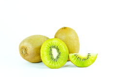 Fruto de quivi e segmentos cortados isolados no fundo branco Imagem de Stock