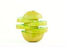 Fruto de quivi e segmentos cortados isolados no fundo branco Imagens de Stock Royalty Free