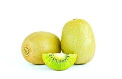 Fruto de quivi e segmentos cortados isolados no fundo branco Fotografia de Stock