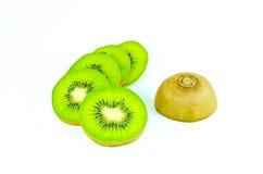 Fruto de quivi e segmentos cortados isolados no fundo branco Fotografia de Stock Royalty Free