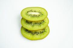 Fruto de quivi e seus segmentos cortados isolados no fundo branco Fotos de Stock Royalty Free