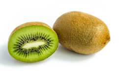 Fruto de quivi e seus segmentos cortados isolados no fundo branco Imagem de Stock Royalty Free
