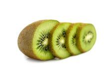 Fruto de quivi e seus segmentos cortados isolados no fundo branco Imagens de Stock