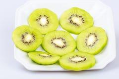 Fruto de quivi fresco delicioso da fatia no fundo branco Foto de Stock