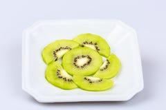 Fruto de quivi fresco delicioso da fatia no fundo branco Fotos de Stock Royalty Free