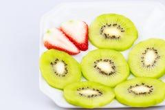 Fruto de quivi fresco em um fundo branco Fotografia de Stock Royalty Free