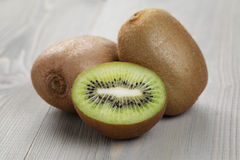 Fruto de quivi maduro na tabela de madeira Foto de Stock
