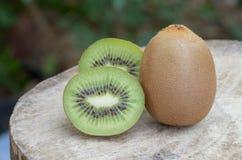 Fruto de quivi na tabela de madeira Foto de Stock Royalty Free