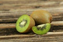 Fruto de quivi no fundo de madeira Fotografia de Stock