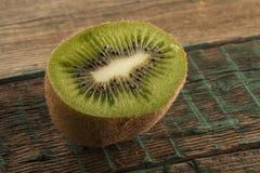 Fruto de quivi no fundo de madeira marrom Imagens de Stock