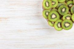 Fruto de quivi no fundo de madeira branco Fotos de Stock Royalty Free