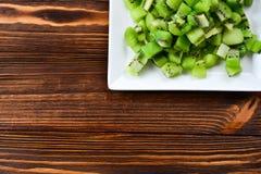 Fruto de quivi recentemente cortado com quivis inteiros Imagens de Stock