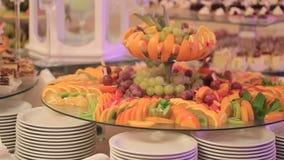 Fruto decorativo cortado na tabela de bufete em um casamento filme