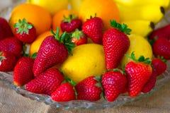 Fruto detalhado fresco - morangos, limão, laranja e bananas imagens de stock royalty free