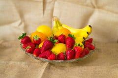 Fruto detalhado fresco - morangos, limão, laranja e bananas fotos de stock royalty free