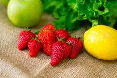 Fruto detalhado fresco - morangos, limão, maçã e salada verde fotografia de stock royalty free