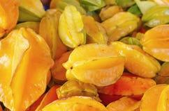 Fruto do Carambola ou estrela do fruto para a venda no mercado empilhado fotografia de stock