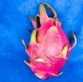Fruto do dragão em um fundo azul Foto de Stock Royalty Free