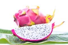 Fruto do dragão na folha da banana Fotos de Stock