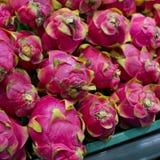 Fruto do dragão no suporte do mercado Imagem de Stock